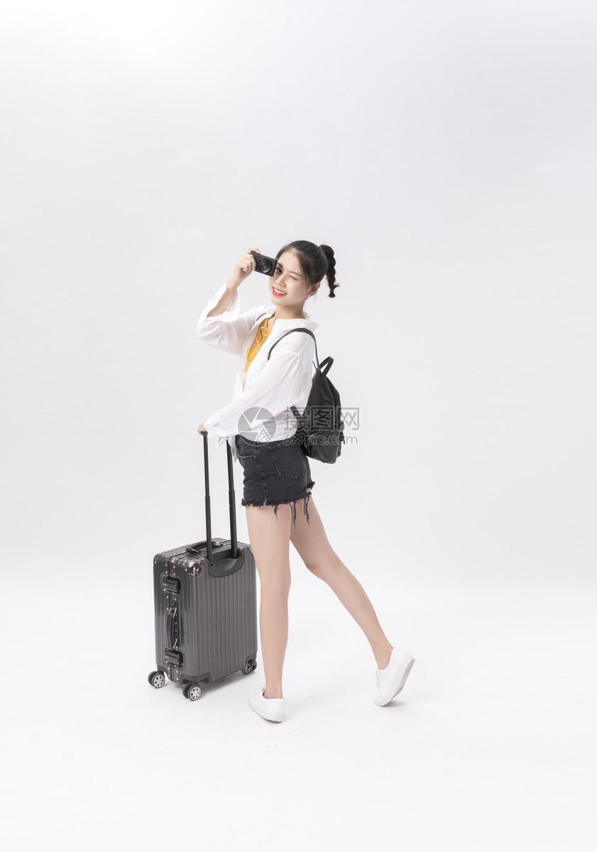 青年女性旅行拍照图片