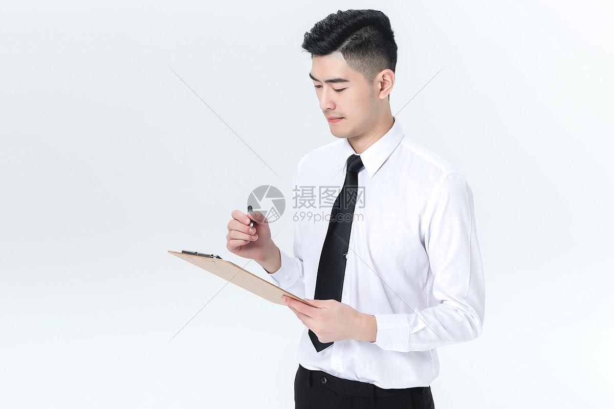 用写字板的男性图片