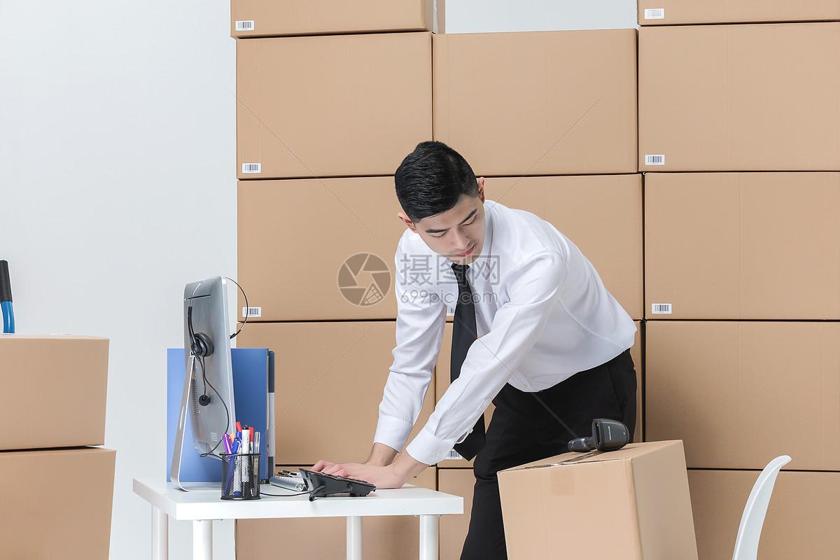 仓储货运男性工作状态图片