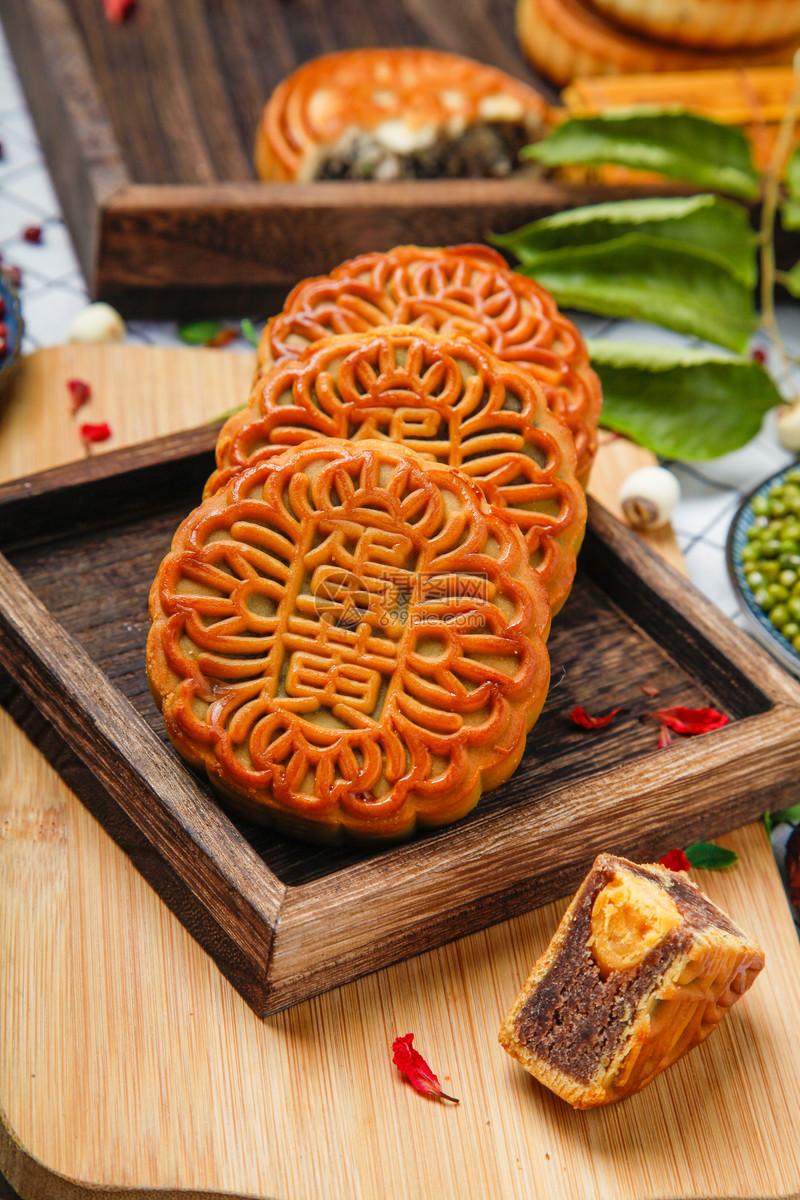 红豆沙蛋黄月饼图片