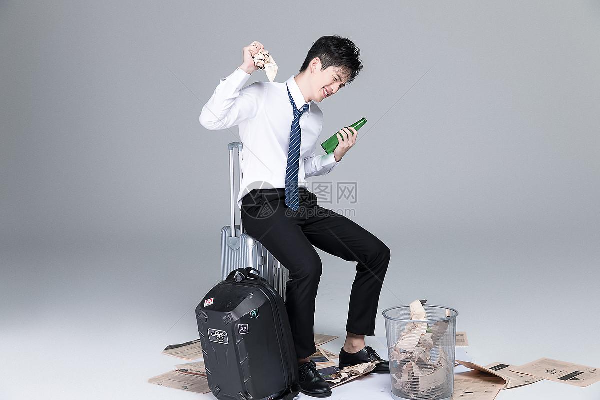 愤怒的职场男青年图片