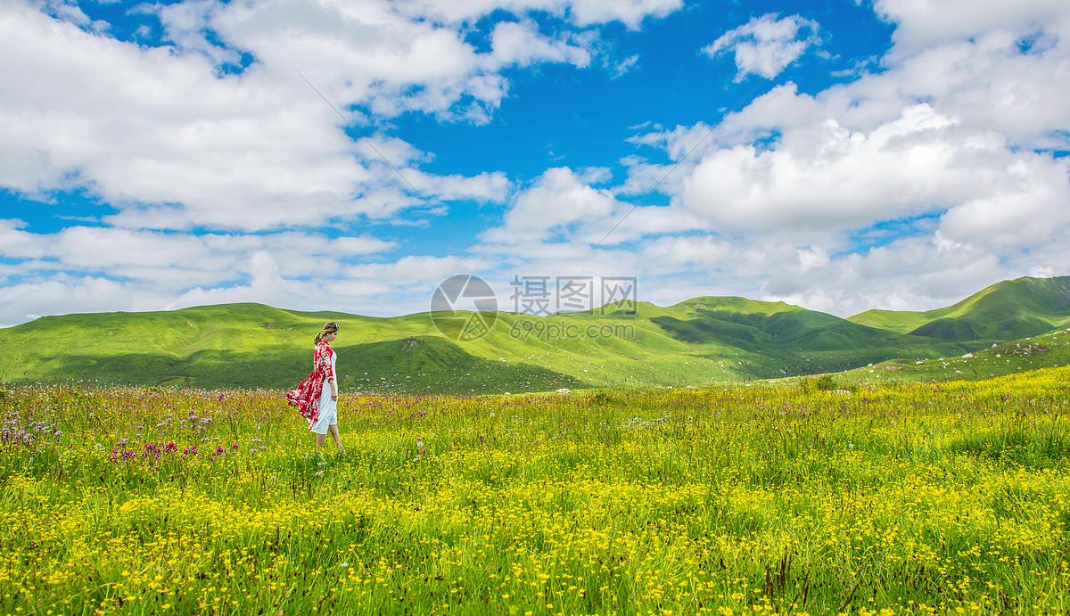 漫步在花丛的美女图片
