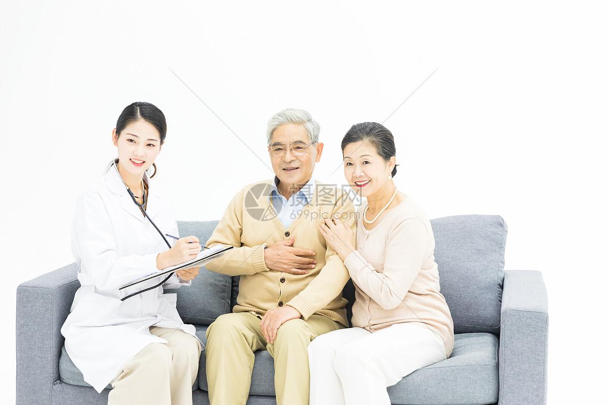 医生给老年夫妻健康检查图片