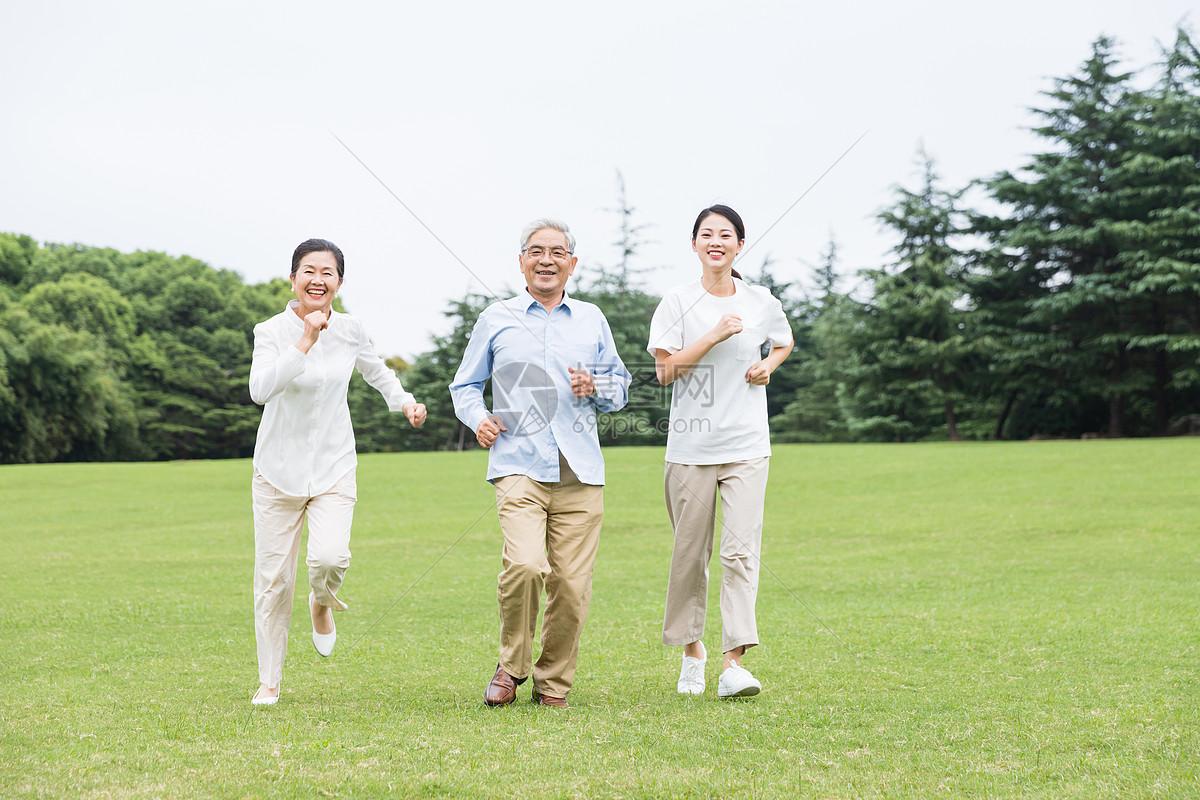 草地上幸福一家人奔跑图片