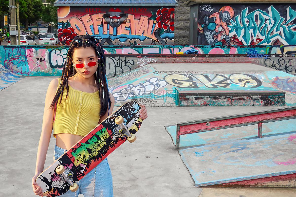 玩滑板的大学生图片