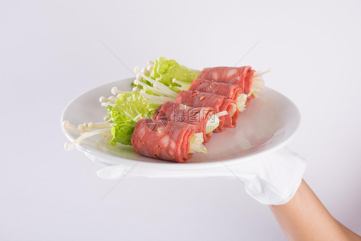 餐馆服务生上菜 上培根生菜金针菇卷图片