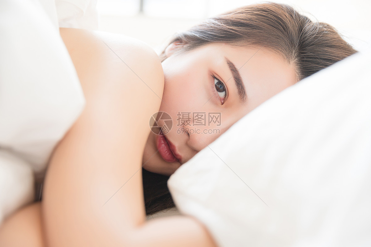 居家年轻美女醒来图片