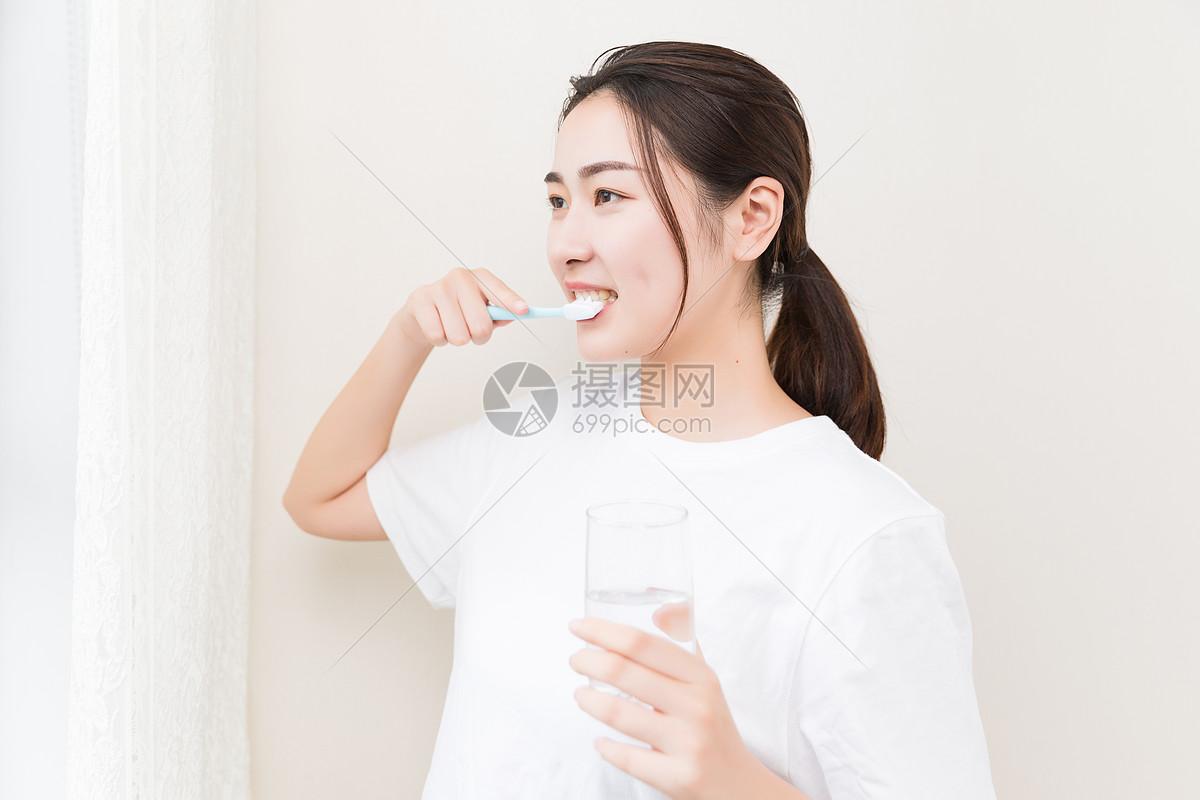 年轻女性刷牙图片