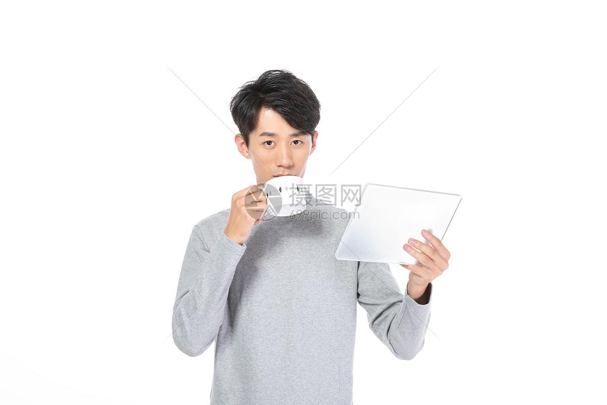 居家男士使用平板电脑图片
