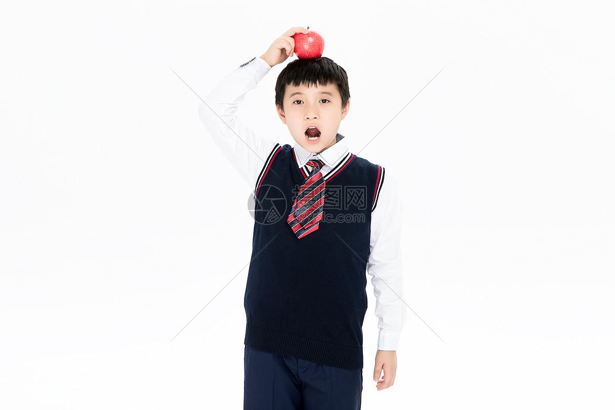 穿校服做吃惊表情的小朋友图片