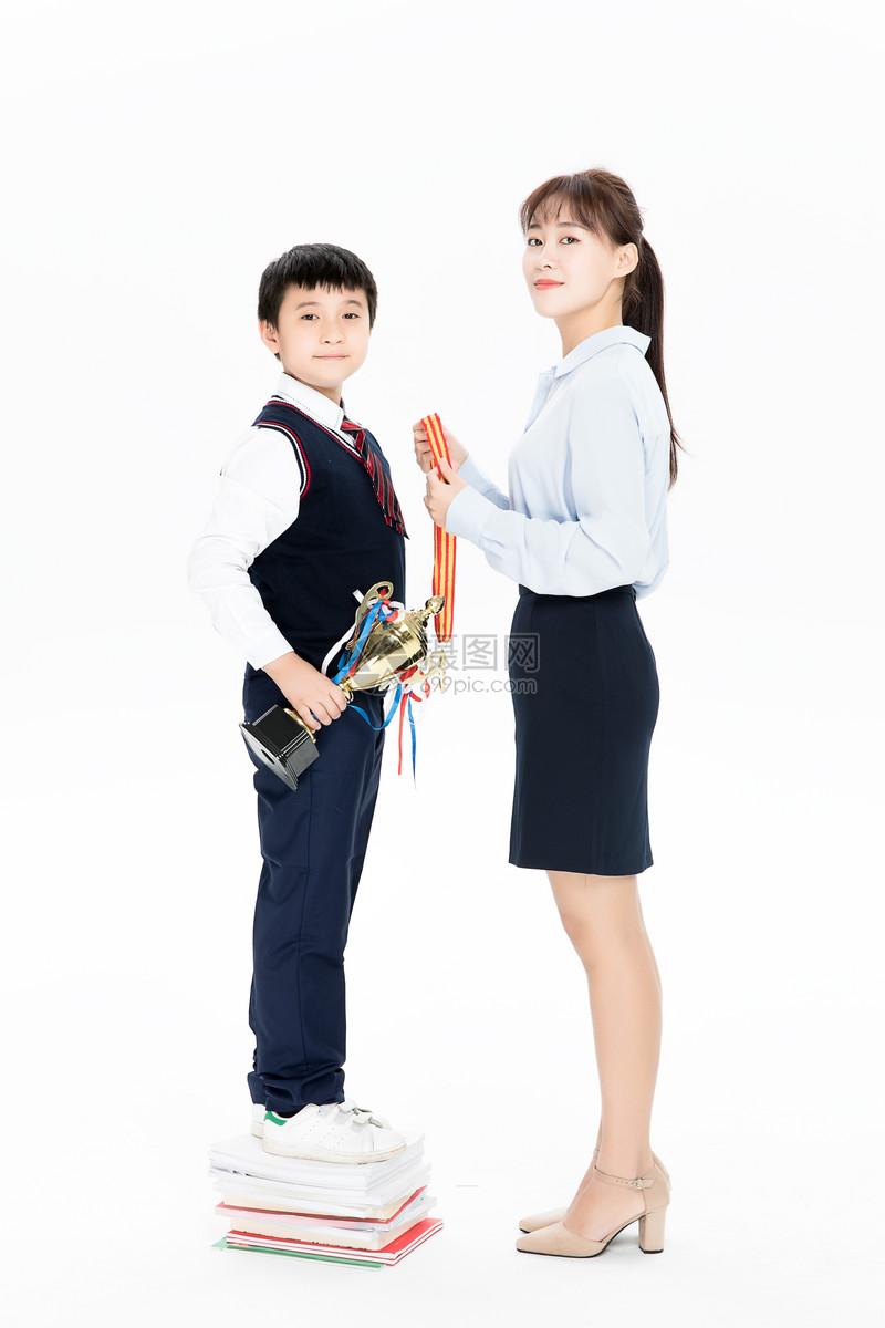 正在接受老师颁奖的小朋友图片