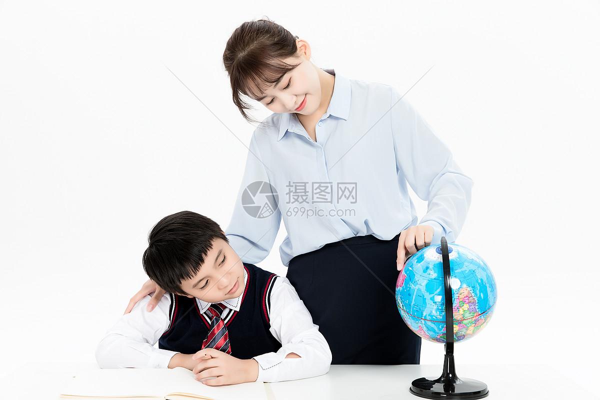 老师辅导小朋友学习功课图片