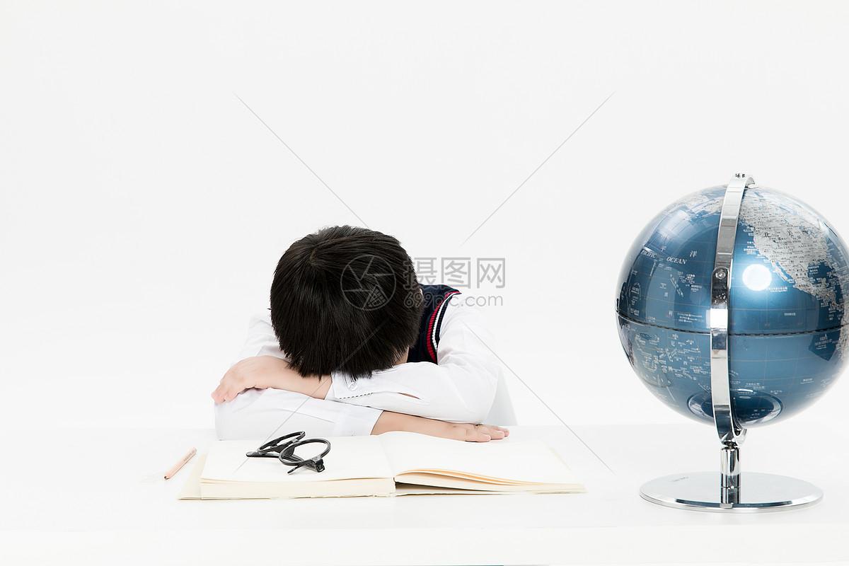 学习压力大的小朋友图片