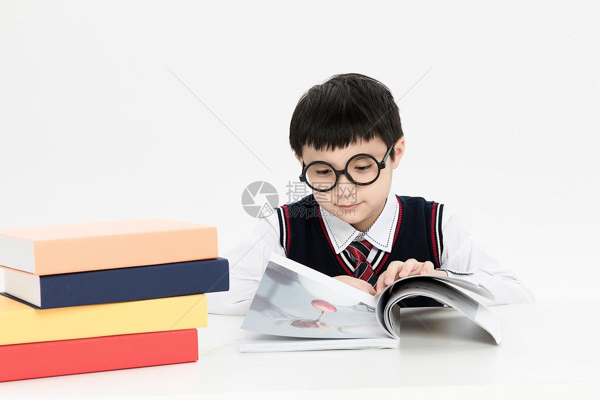 看书的小学生图片