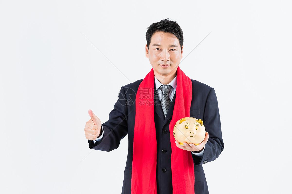 新春商务男性手拿金猪图片