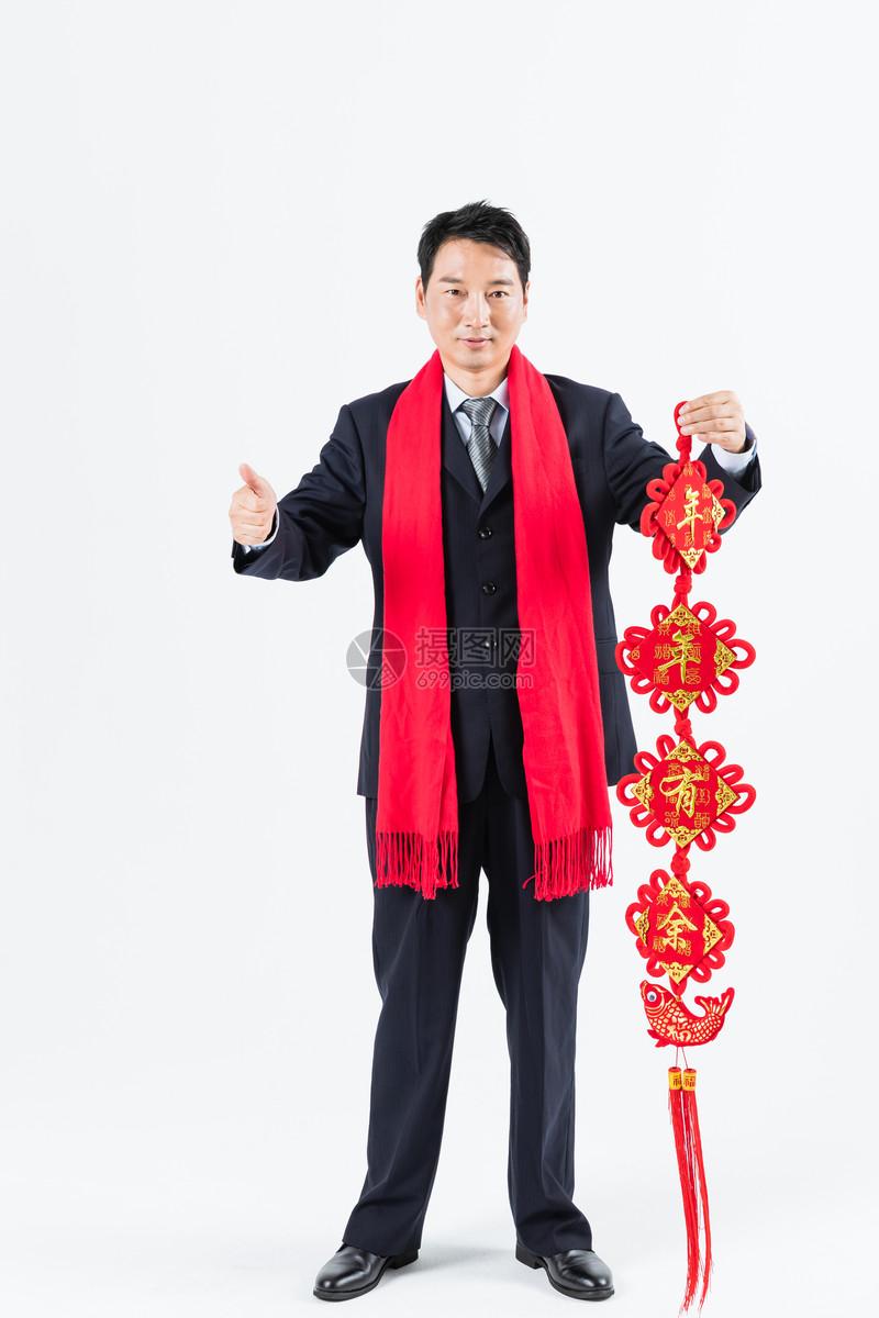 新春商务男性手拿春节挂饰图片