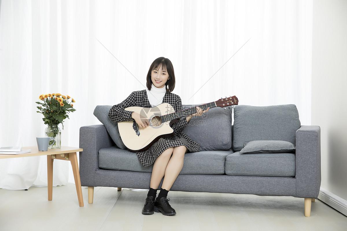 居家文艺少女弹吉他图片