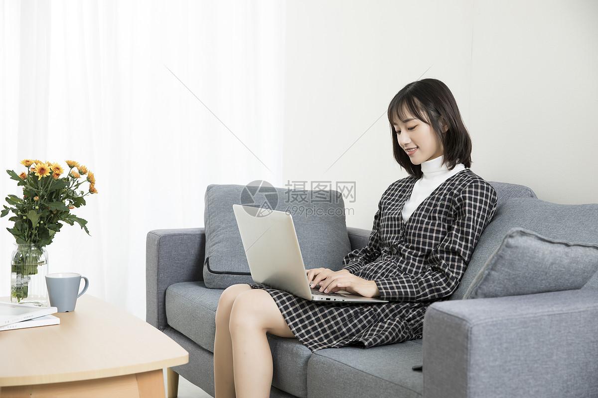 居家文艺少女玩电脑图片