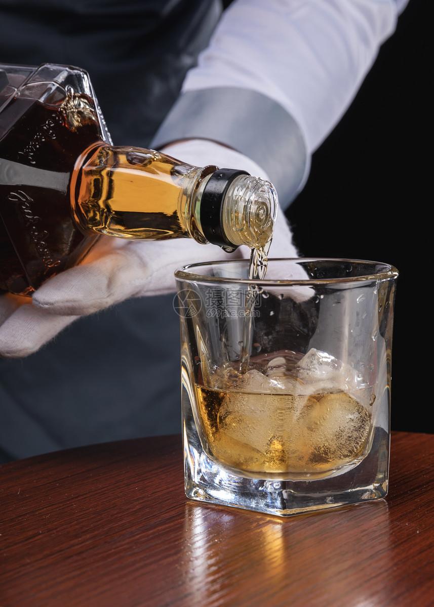 男性服务员洋酒服务图片