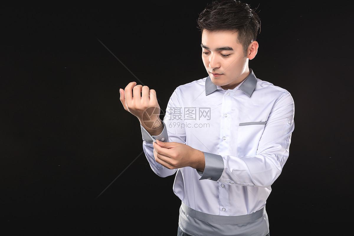 男性服务生整理衣着图片