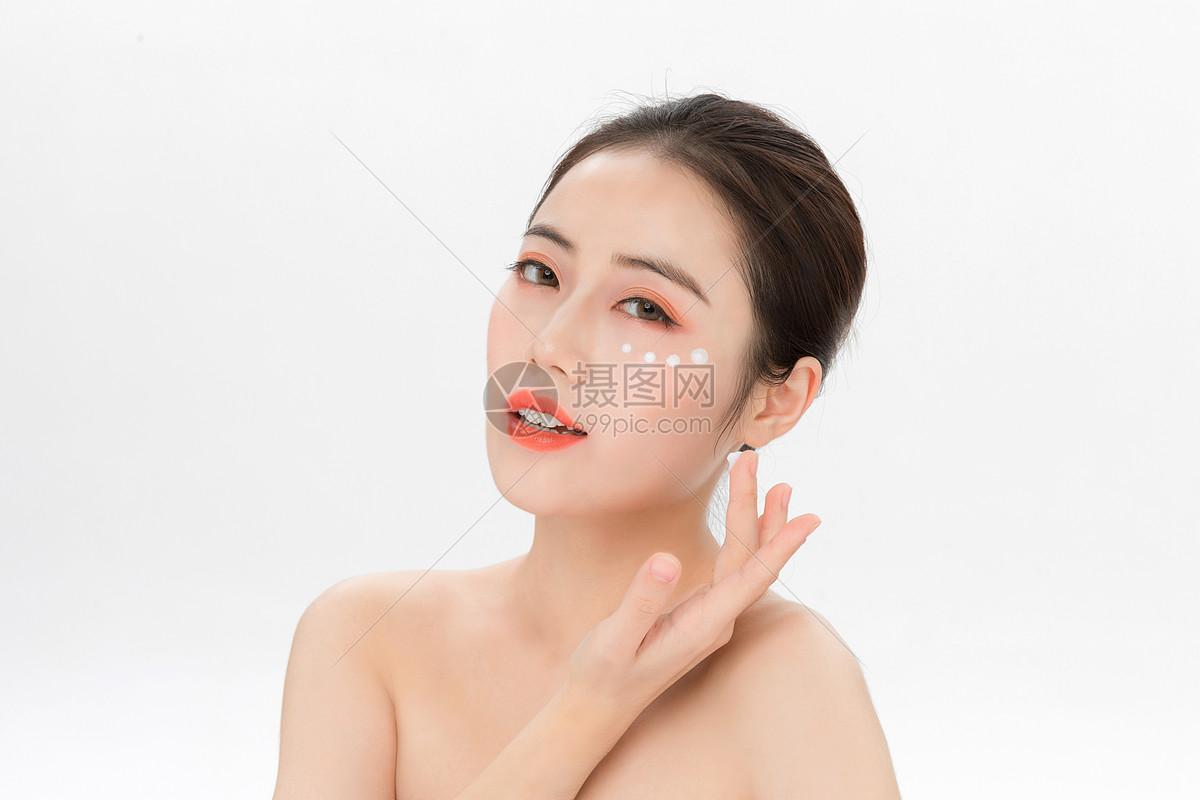 美女眼部护理图片