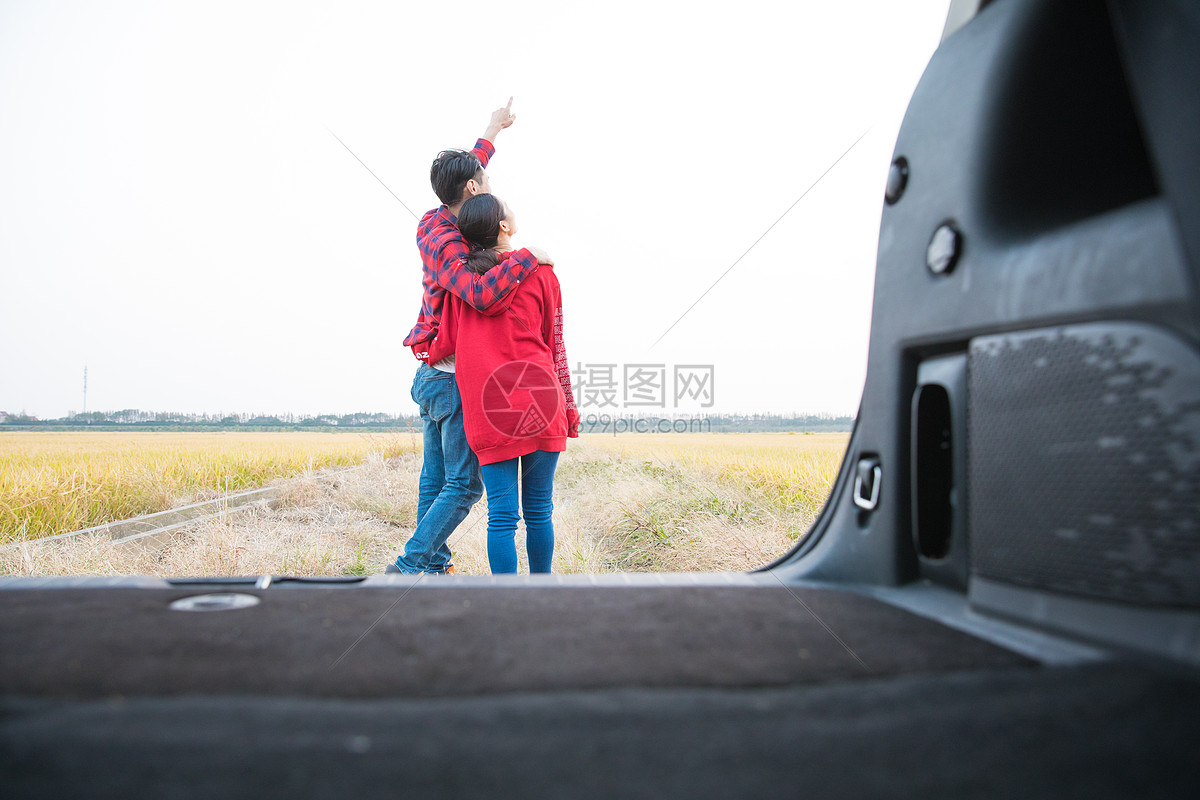 情侣驾车郊游图片