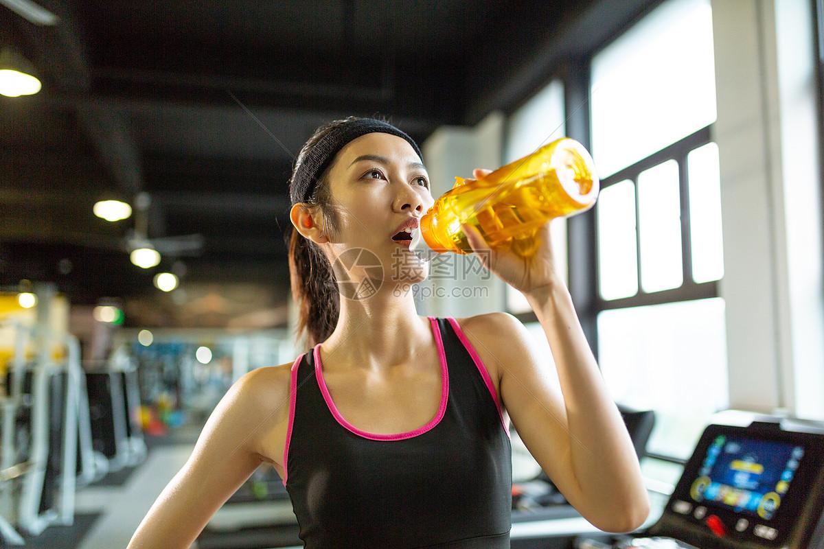 运动健身饮水形象图片