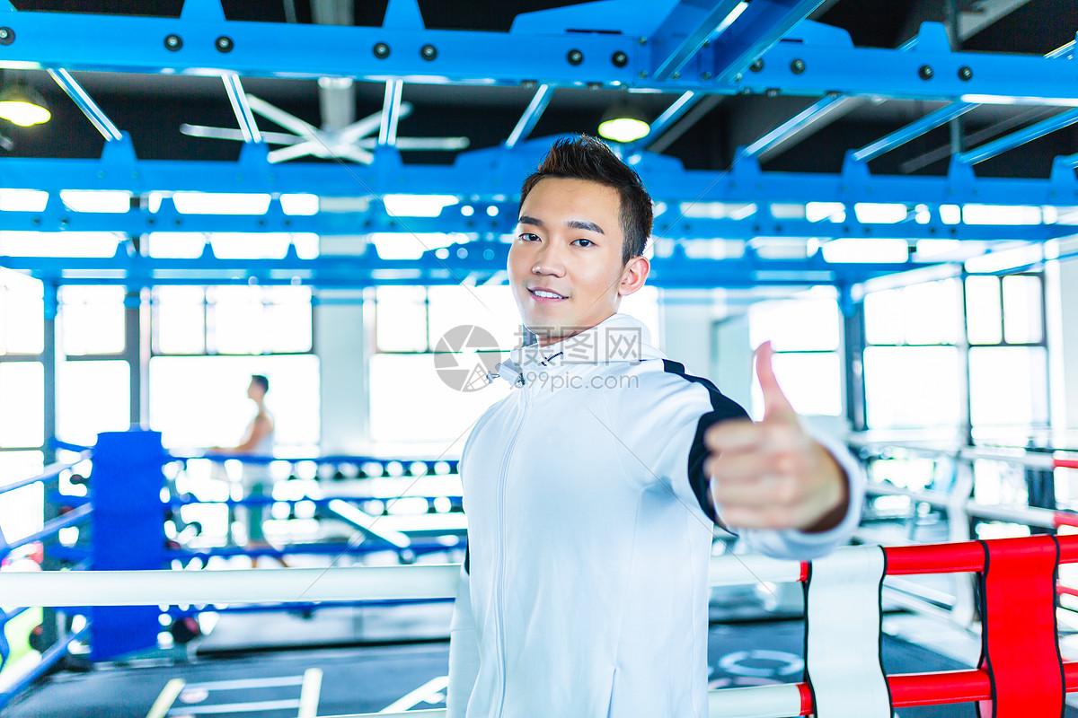 体育馆男性鼓励形象图片