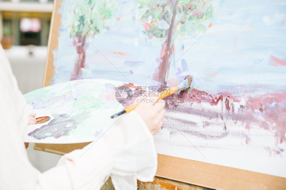 女性绘画画油画特写图片