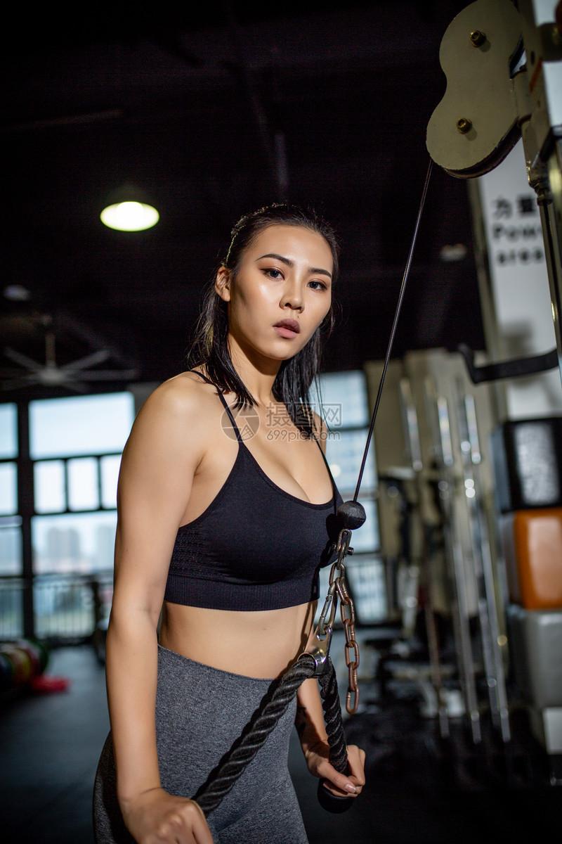 健身房女性拉力训练图片