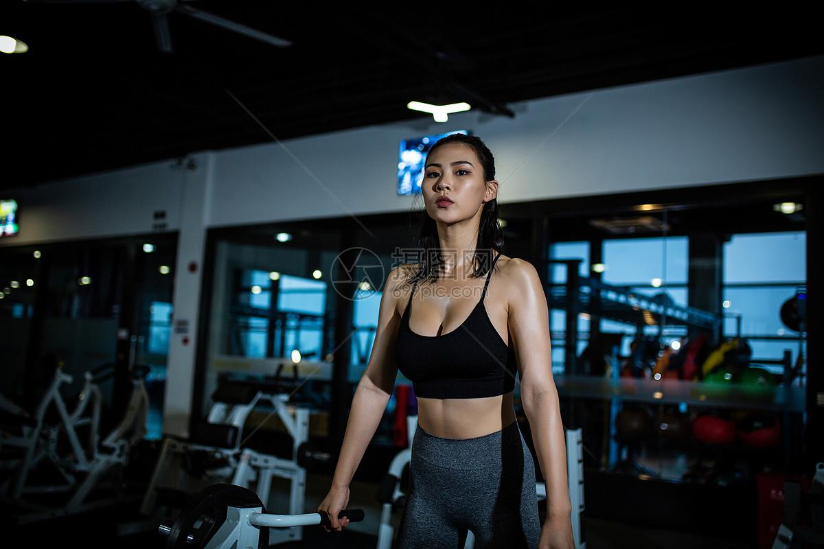 运动女性上肢训练图片