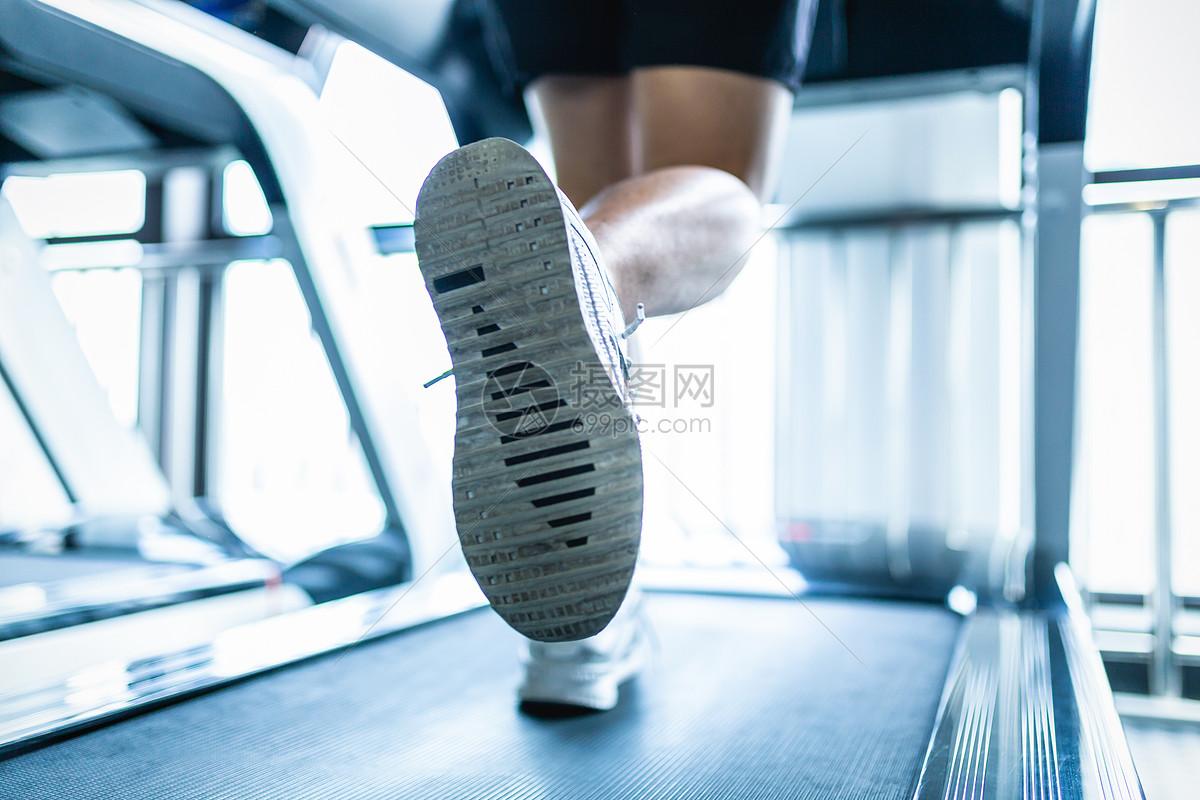 健身房跑步脚步特写图片