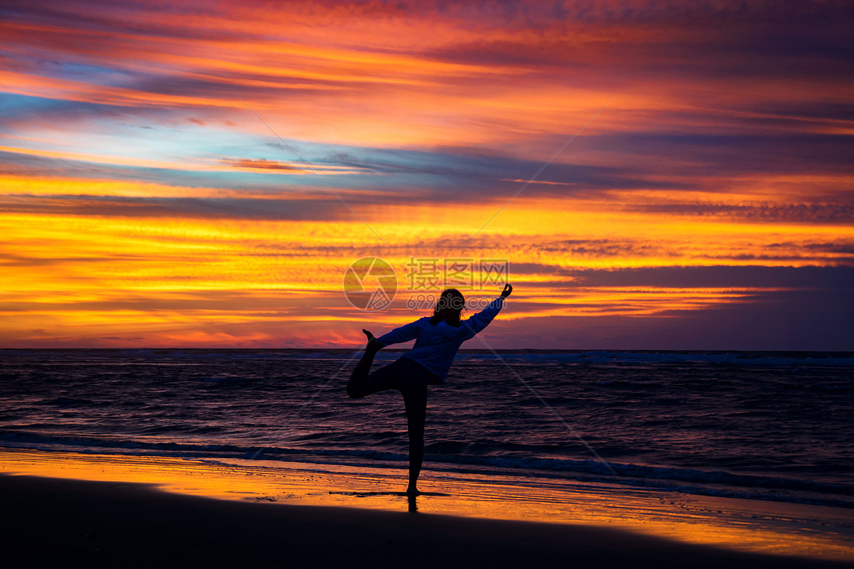 日落瑜伽剪影图片