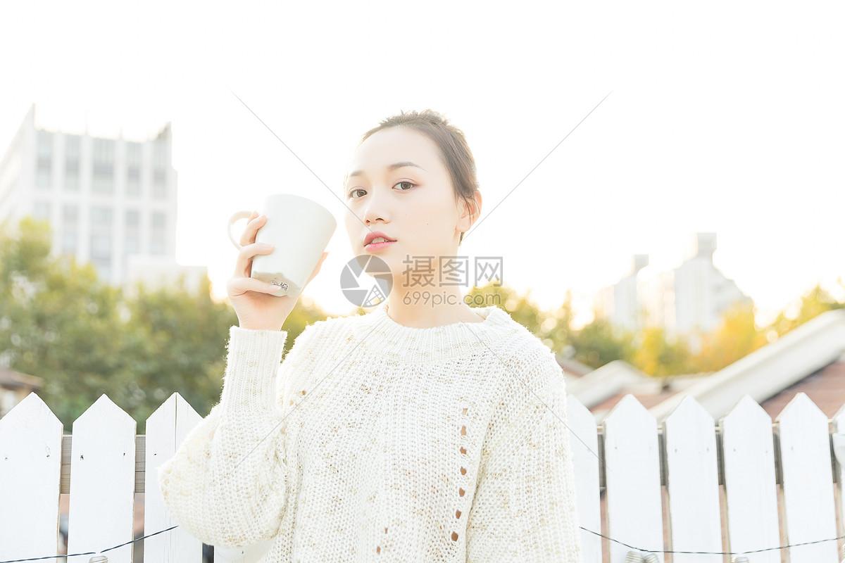 年轻女性喝水图片