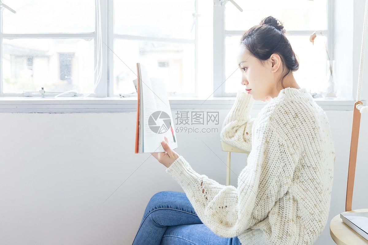 年轻女孩看书图片