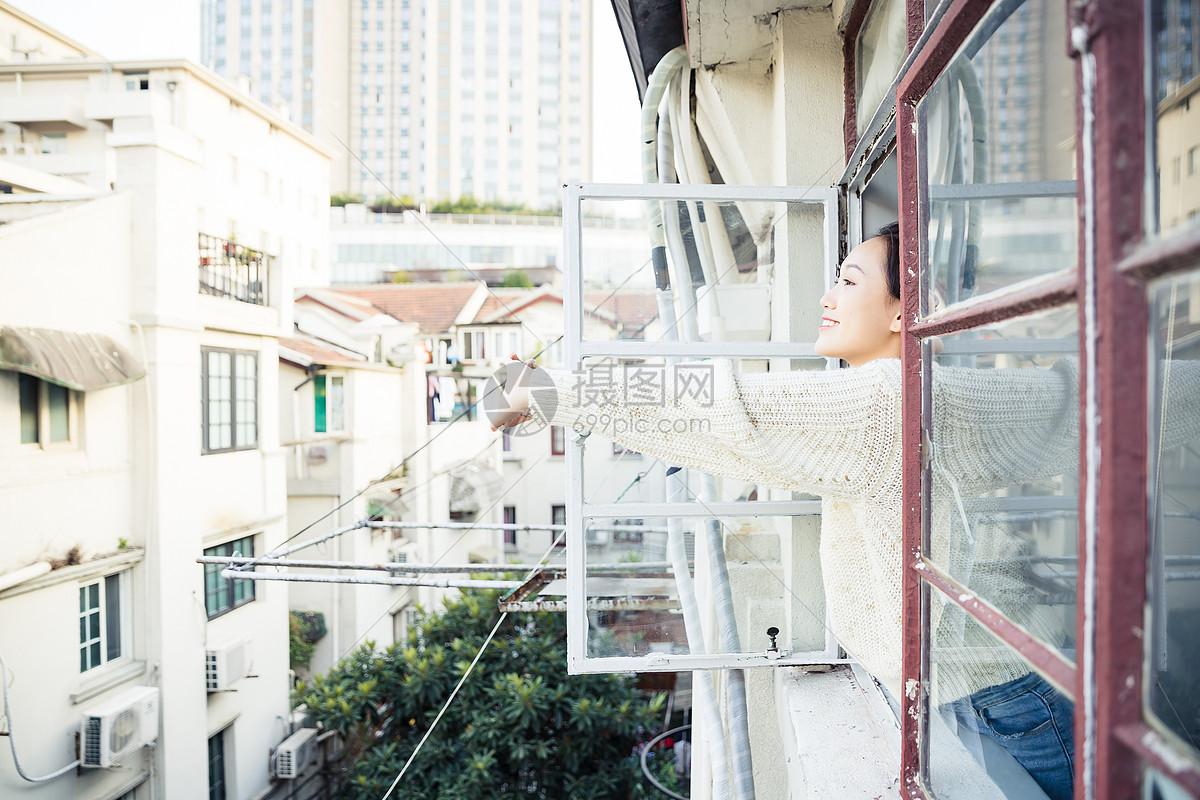 青春女孩窗台放松图片