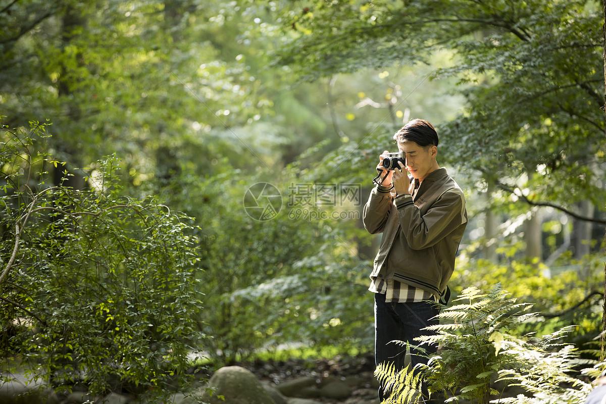 男性户外远足拍照图片