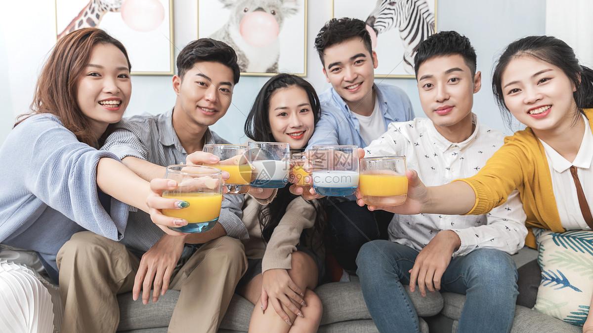 青年聚会干杯欢乐图片