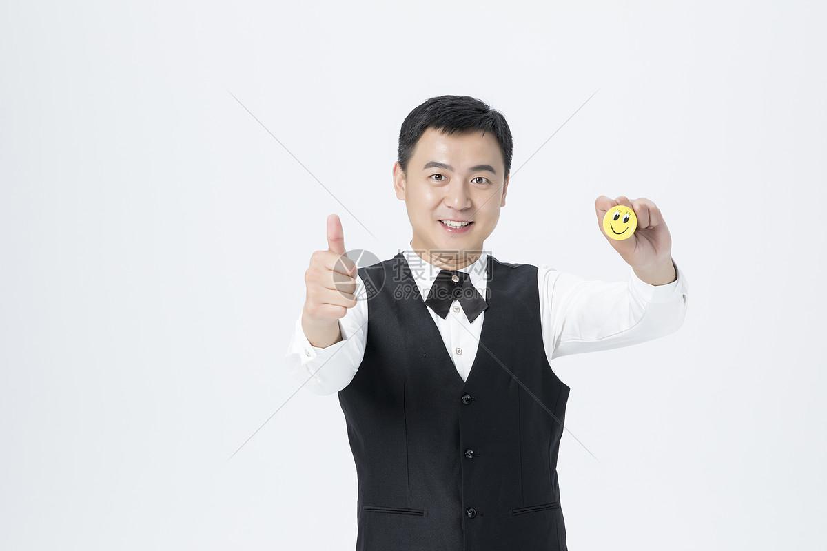 男服务员微笑服务图片