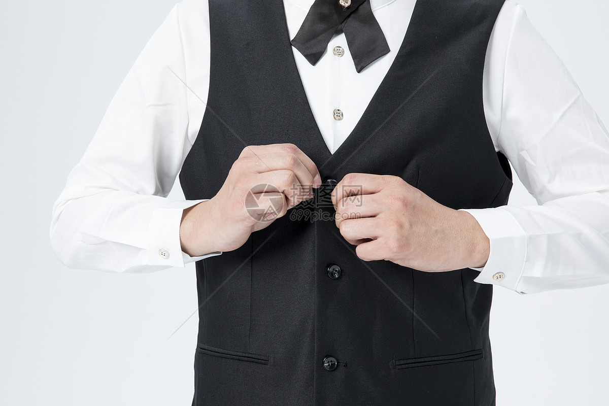 男服务员整理服装图片