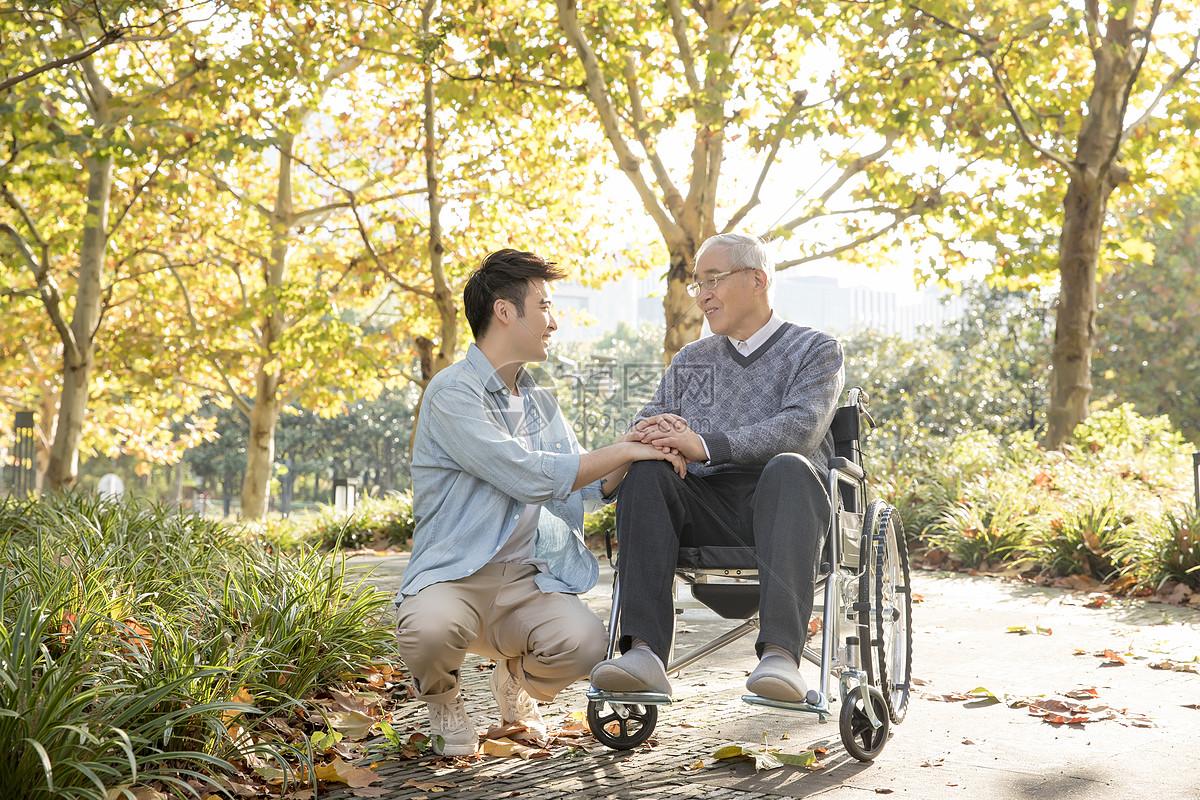 敬老公园陪伴老人散步图片