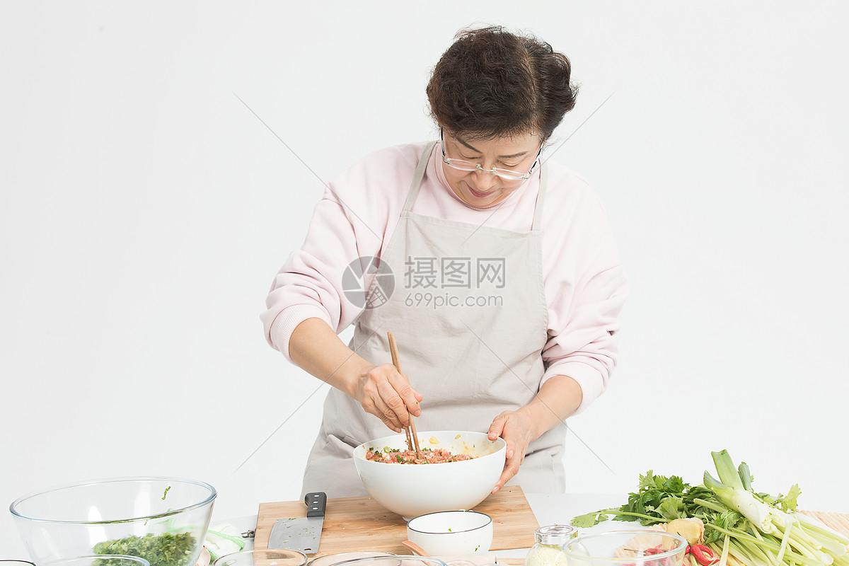 冬至老奶奶包饺子准备食材图片