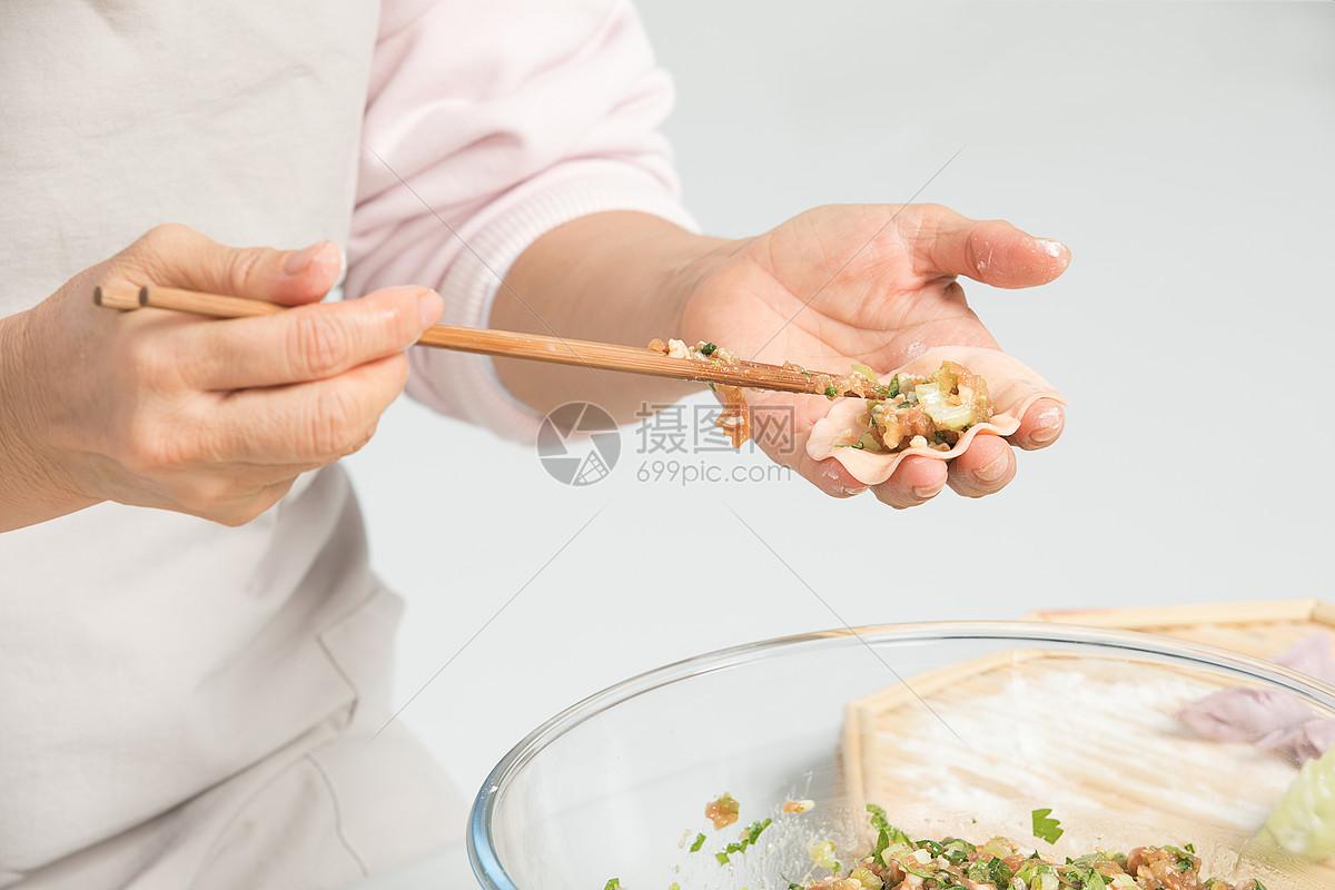 冬至包饺子过程手部特写图片