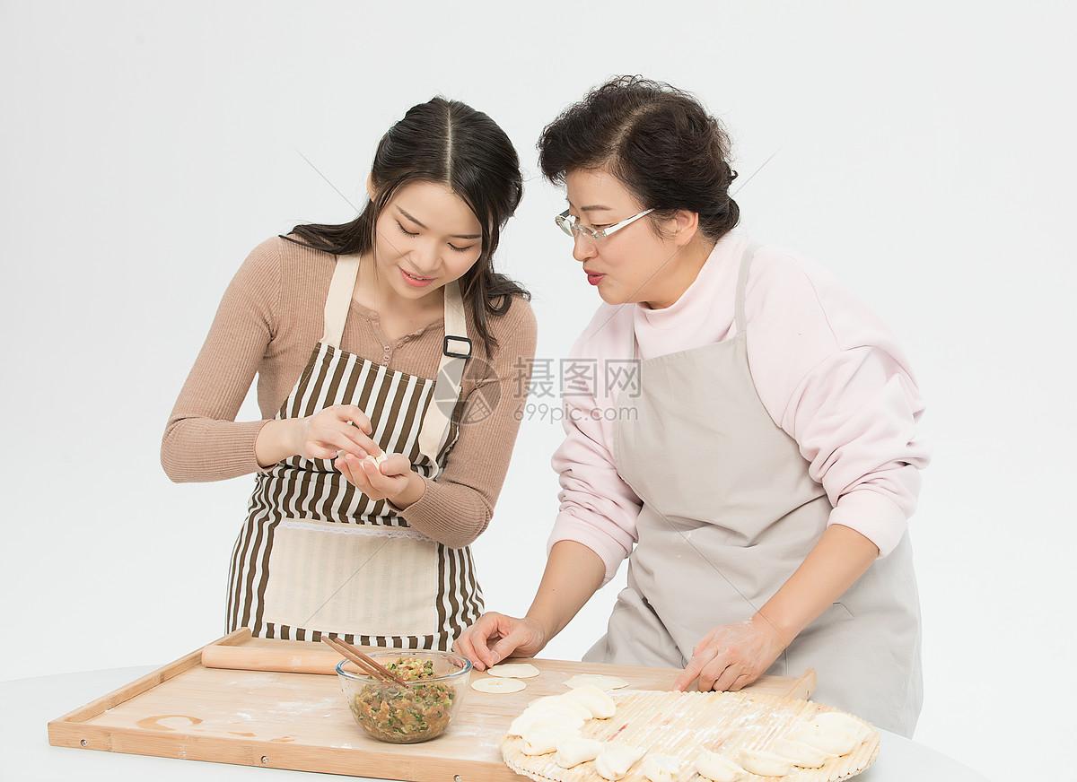 母女二人过节包饺子图片
