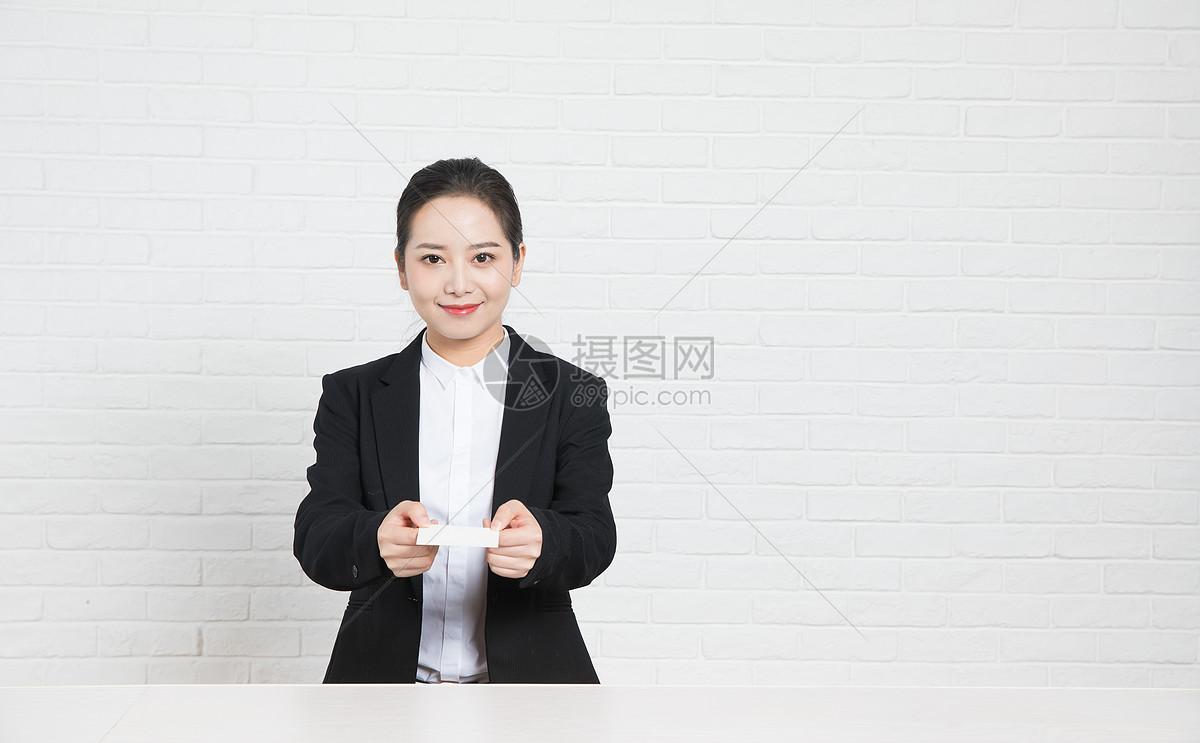 商务女性前台递名片图片