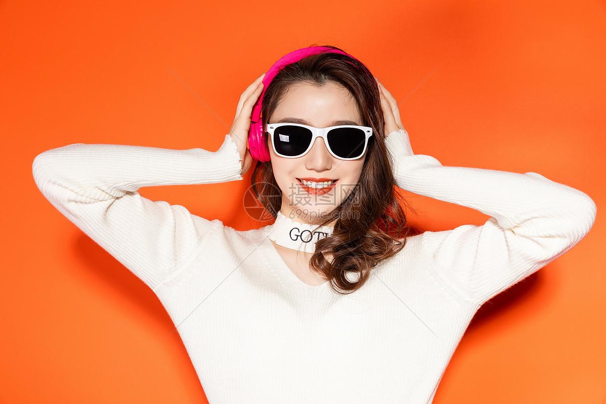 听音乐的时尚女性图片