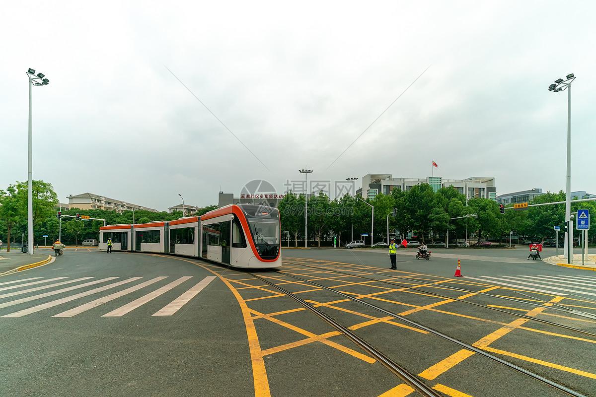 路口经过的城市交通专列列车图片