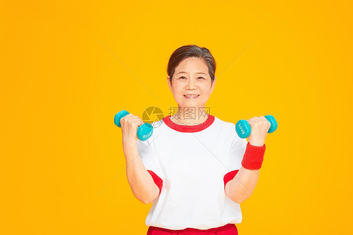 老太太健身运动哑铃图片