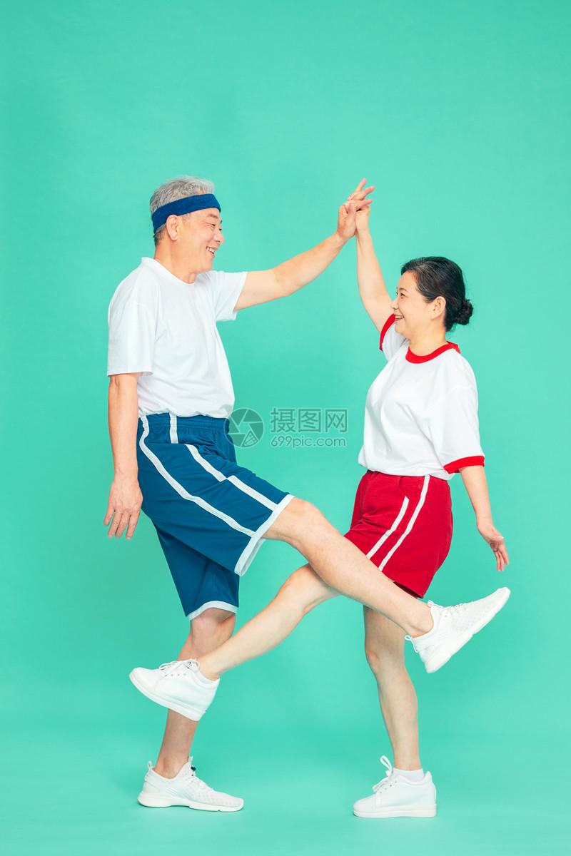 老人运动拉伸图片