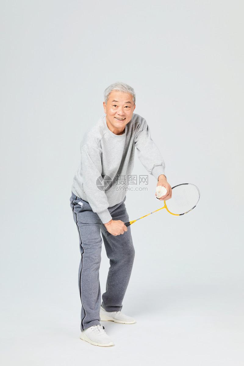 老人运动羽毛球图片
